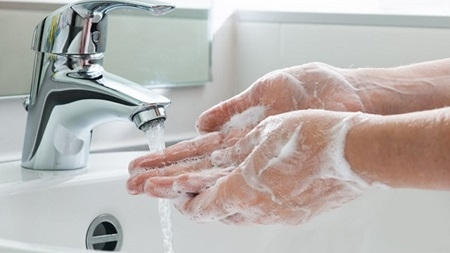 外出先から帰宅したら必ずうがい・手洗いをする