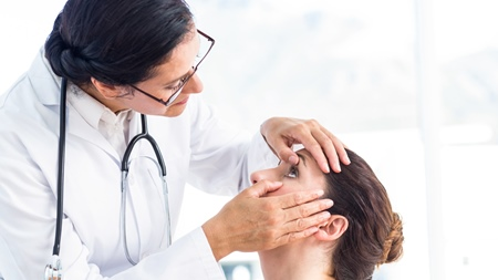医師の処方した目薬を使う