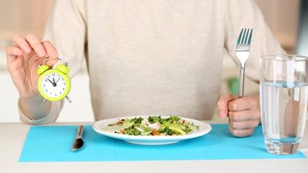 食事時間をできるだけ規則正しく保つ