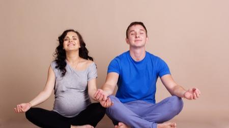 夫婦で一緒に妊婦体操を