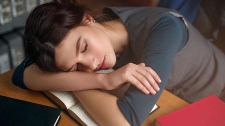 机に突っ伏して寝るのは大丈夫?
