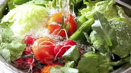 生野菜や果物は丁寧に洗う