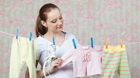 赤ちゃんの服を眺める