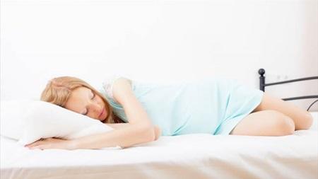 寝苦しくなりがちな夜は「シムスの体位」を